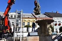 Kašna na Palackého náměstí v Poličce je bez sochy svatého Jiří.