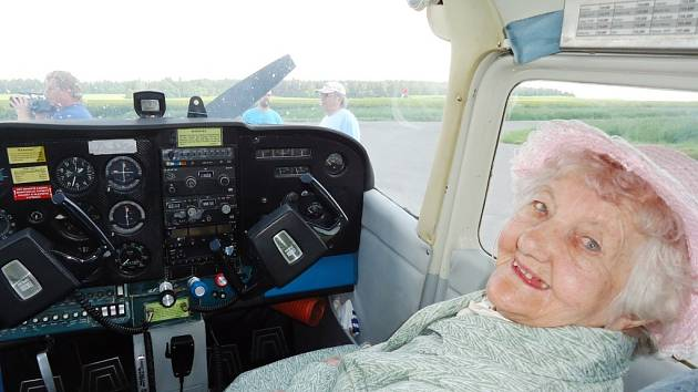 Andělka Ambrůzová se proletěla letadlem ve věku 97 let.