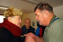 KLIENTI DOMOVA NA ZÁMKU v Bystrém se při natáčení dokumentu také setkali s režisérem Vojtěchem Jasným. Ten si pamatoval, jak ústav vypadal, když tady točil slavné Rodáky.