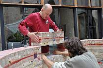 Jako stavebnice...  Autoři Roman Švejda a Lukáš Gavlovský skládali Srdce pro Václava Havla na dvorku zámeckého pivovaru z voskových dílců.