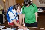 ČESKÝ POHÁR. Na turnaj ve stolním hokeji přijelo do Litomyšle šedesát šest hráčů. Na hru se soustředili všichni.