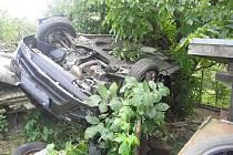 Řidič se nevěnoval řízení a skončil v zahradě.