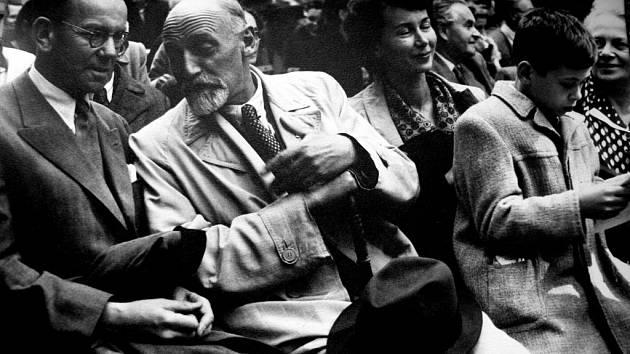 Vzácní hosté na slavnosti.  Na oslavu 125. výročí narození Bedřicha Smetany přijeli  také  jeho příbuzní Erich Gráf a Jarmila Kořánová.