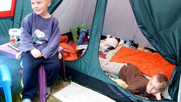 Ilustrační foto: Děti Michala Pince musely kvůli podmáčenému domu dokonce několik dní přespávat ve stanu na zahradě.