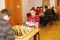 Bronislav Houška se jako jediný člen poličského áčka rozehrával o svátcích na Českých šachových vánocích a možná i to mu v utkání proti Žďáru nad Sázavou pomohlo k zisku bodu.