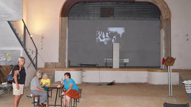 LIDOVÉ DIVADLO. Svitavský stánek umění je už dlouhá léta zavřený. V sobotu se zde sešli umělci, aby tvořili, ale také pamětníci, aby si všechna místa prohlédli a vzpomínali.