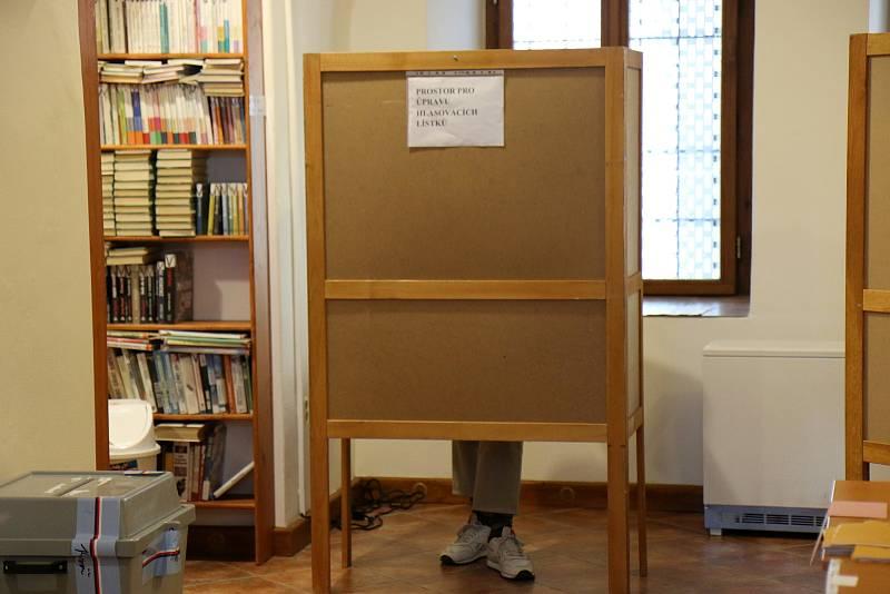 V Litomyšli lidé volí taky v městské knihovně.