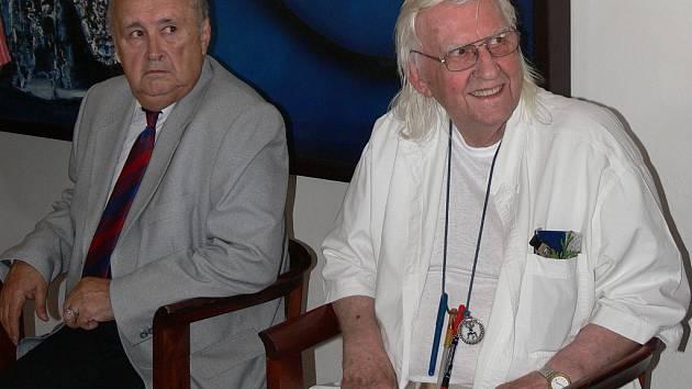 Malíř Bohdan Kopecký (v bílém) při vernisáži své výstavy.