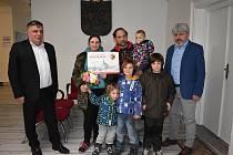 Symbolický šek veřejné sbírky ve výši 459574,36 korun převzali v pondělí manželé Luňáčkovi a jejich děti od vedení Poličky.