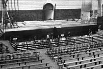 Jeviště v zámeckém nádvoří v roce 1949.