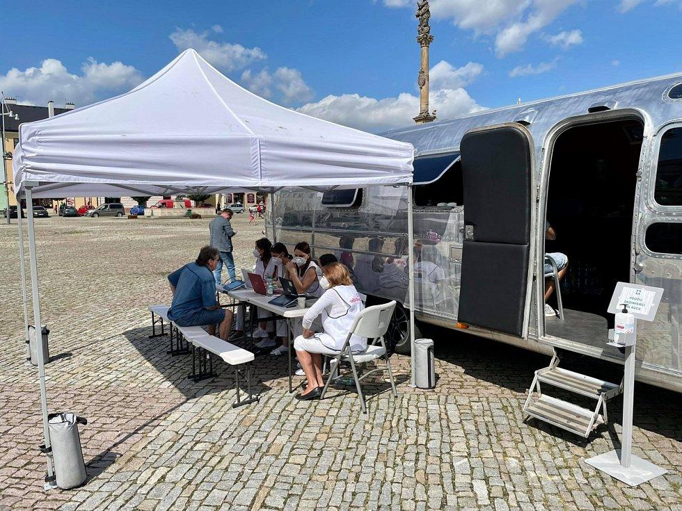 Očkovací kamion v Moravské Třebové. Před polednem už byl klid, ráno se zde ovšem tvořily fronty