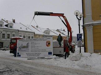 Instalace cedule, která informuje o projektu regenerace Palackého náměstí v Poličce.