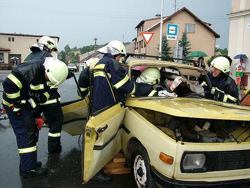 Vyprošťování z automobilu v Bystrém.