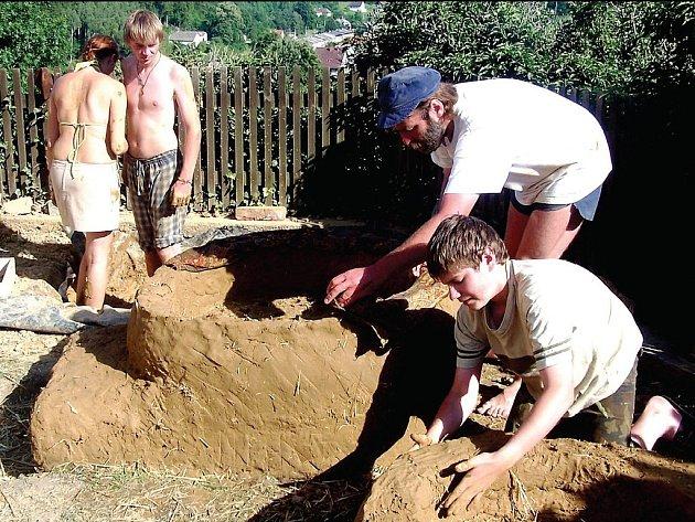Ukázku umu našich dávných předků připravili pro návštěvníky archeologičtí nadšenci ze Sebranic.