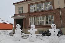 Tři králové ze sněhu před budovou charity v Moravské Třebové