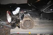 Řidič BMW dostal na kluzké vozovce dostal smyk.