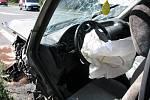 Pohled do havarovaného mercedesu a odtahování Opelu.