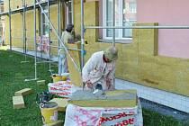 DŮM S PEČOVATELSKOU SLUŽBOU v Poličce prochází rozsáhlou rekonstrukcí. Stavebníci vymění všechny okna, dveře a celý objekt zateplí.