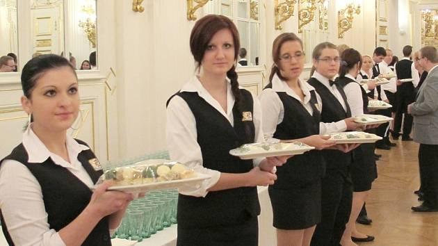 Studenti střední odborné školy z Poličky  se zúčastnili jako obsluhující personál slavnostního rautu na Pražském hradě u příležitosti  státního  svátku a předání státních vyznamenání.