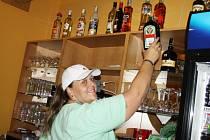 LAHVE S ALKOHOLEM na police vyrovnávala s úsměvem  i Sandra Bartošová ze svitavského Typos baru. Před tím  samozřejmě zkontrolovala všechna čísla šarží.