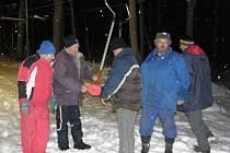 Členové oddílu lyžování TJ Spartak Polička kontrolují vlek s teleskopickými unašeči.