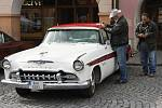 Staré automobily na svitavském náměstí.