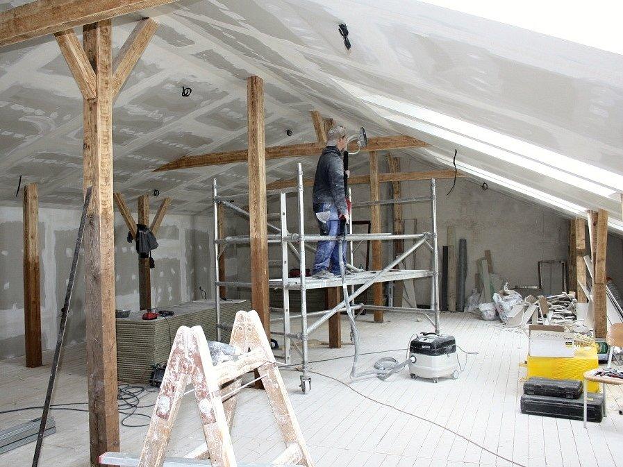 Stavební práce jsou v plném proudu. Řemeslníci by měli stihnout novou družinu vybudovat do poloviny letošního srpna. Žáci se mají po prázdninách na co těšit.