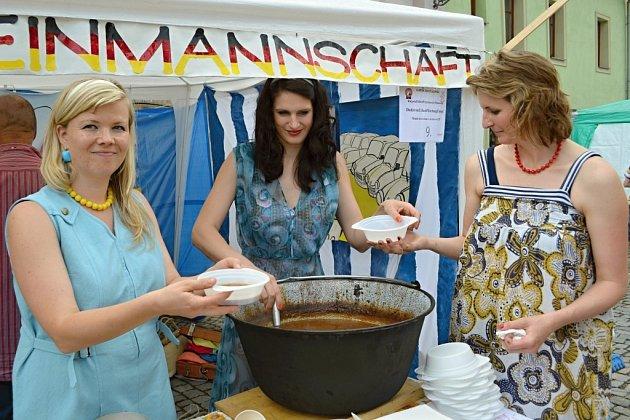 Na Toulovcově náměstí proběhlo klání  ve vaření kotlíkových gulášů. Při vaření se bavili soutěžící i kolemjdoucí.