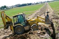Pracovníci odborné firmy pracují na polích za pilou ve Svitavách.