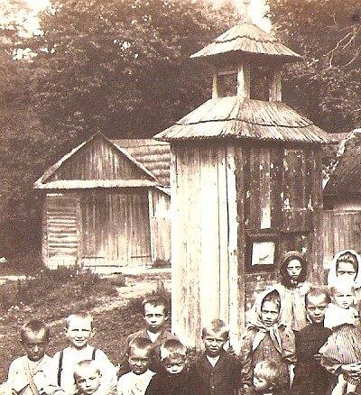 Zvonice do Horákovy Lhoty patří. Jak ukazuje snímek, který je pořízený na počátku 20. století, scházely se u ní i děti.