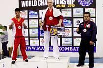 """Velkou radost měl Jan Sýkora (uprostřed), když po turnaji na Maltě vystoupal na """"bednu"""" na nejvyšší stupínek pro titul světového šampióna."""