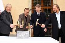 Základní kámen rekonstrukce v pátek poklepal i starosta města Michal Kortyš a hejtman Radko Martínek.