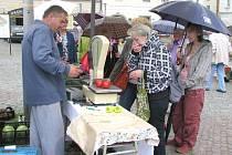 Lidé v pátek na farmářském trhu nakoupili zeleninu, kaktusy, mléčné výrobky i  sazenice.