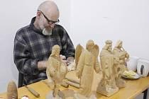 Řezbáři z Poličska umějí opravdové divy a to zvládají nejen klasické motivy, ale také vánočně laděné figury.