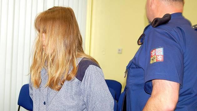 """""""Nevím, proč jsem tady,"""" tvrdila před mosteckým okresním soudem šestatřicetiletá Romana Z. Požadovala zde peníze po otci dvou dětí, které údajně zabila na začátku loňského září."""