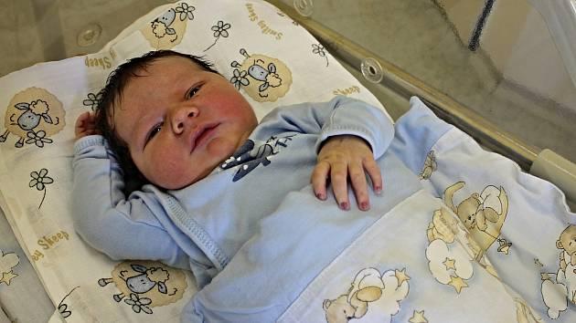 ŠTĚPÁN ČERVEŇ je druhý syn manželů Moniky a Tomáše z Velkých Opatovic. Přišel na svět 8. června v 1.52 hodin, kdy vážil 4,1 kilogramu a měřil 52 centimetrů. Na brášku se těšil pětiletý Martin.