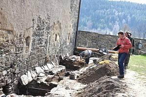 Specializovaná firma společně s archeologem provádí u domu zbrojnošů průzkum. Zatím objevili kamenný žlab, pečetidlo nebo mince.