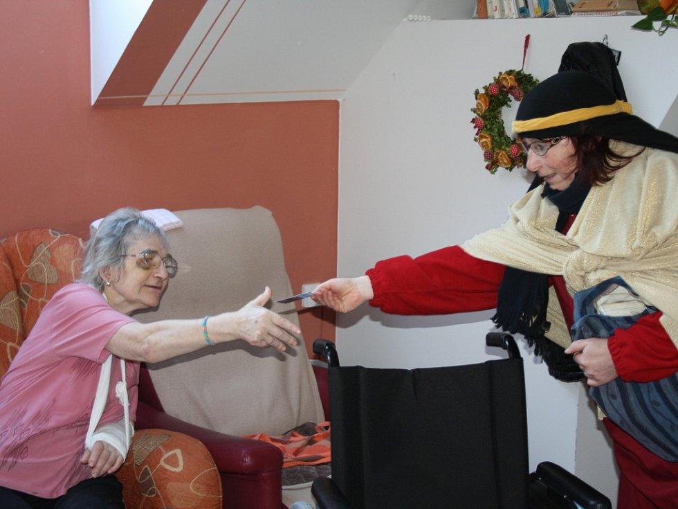 TŘI KRÁLOVÉ přišli po roce opět navštívit nemocné děti, seniory a klienty Domova na rozcestí, aby jim zazpívali, předali dárečky a aspoň na chvíli zbavili starostí všedních dní.