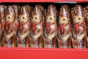 Pulty se plní vánočními čokoládovými figurkami, Ne všichni Mikulášové nebo čerti jsou však opravdu čokoládoví.