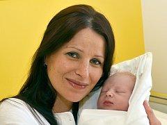 PETR NETOLICKÝ. Narodil se 31. března v 9.07 hodin  Kamile a Petrovi z Borové. Měřil 51 centimetrů a vážil 3,2 kilogramu. Doma se na něj těšila tříletá sestra Terezka.