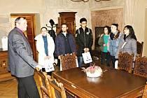 Setkání zahraničních studentů a starosty Miloše Izáka