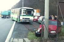 Mladá řidička linkového autobusu havarovala v úterý 8. dubna v Moravské  Chrastové.  Při kolizi nebyl naštěstí nikdo zraněn. Škoda na osobním autě  dosahuje  45  tisíc korun.