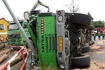 Řidič nezvládl zatáčku s plně naloženým nákladním vozidlem.