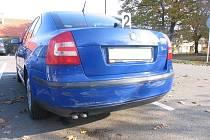 Motorista s neznámým vozidlem poškodil odstavené auto Škoda Octavia.