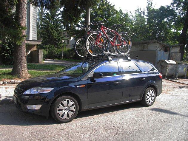 Cyklista nezvládl řízení a narazil do osobního automobilu