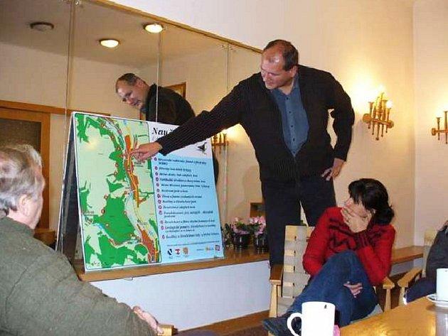 Ilustrační foto: Hrdost na originální turistické lákadlo cítí starosta Martin Kiss. Velmi ho ale mrží, že naučnou stezku v Březové objevili také vandalové, kteří ničí informační tabule.