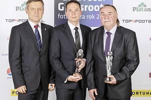 Ředitel sportovně – technického oddělení FAČR Jiří Kotrba (vlevo) předal ocenění vyhodnoceným grassroots trenérům dorostu Zdeňku Kocmanovi (vpravo) a Jiřímu Žilákovi z Plzně (uprostřed).