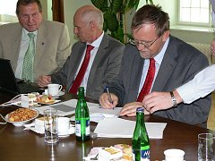 Starostové Poličky a Moravské Třebové podepsali s předsedou Regionální rady a hejtmanem Pardubického kraje Radko Martínkem smlouvy o čerpání evropských dotací.