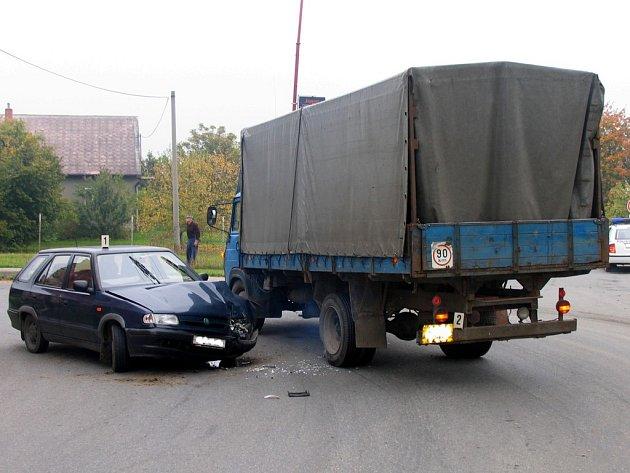 Řidič felicie přehlédl značku.