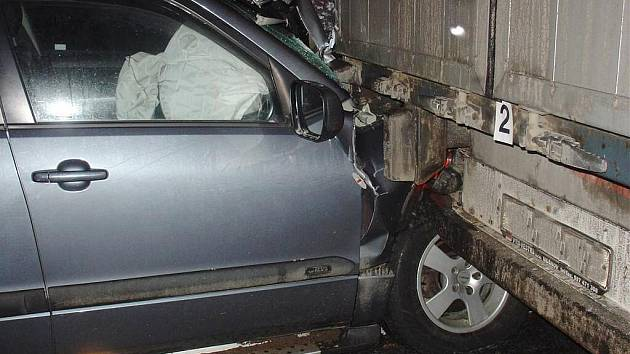 Řidič nedobrzdil, narazil do nákladního auta.